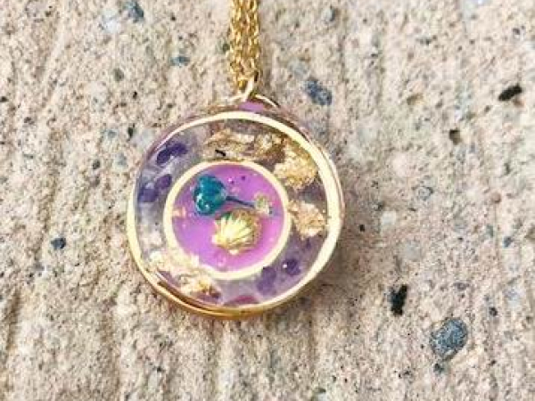 small resin pendant necklace with gold clamshell